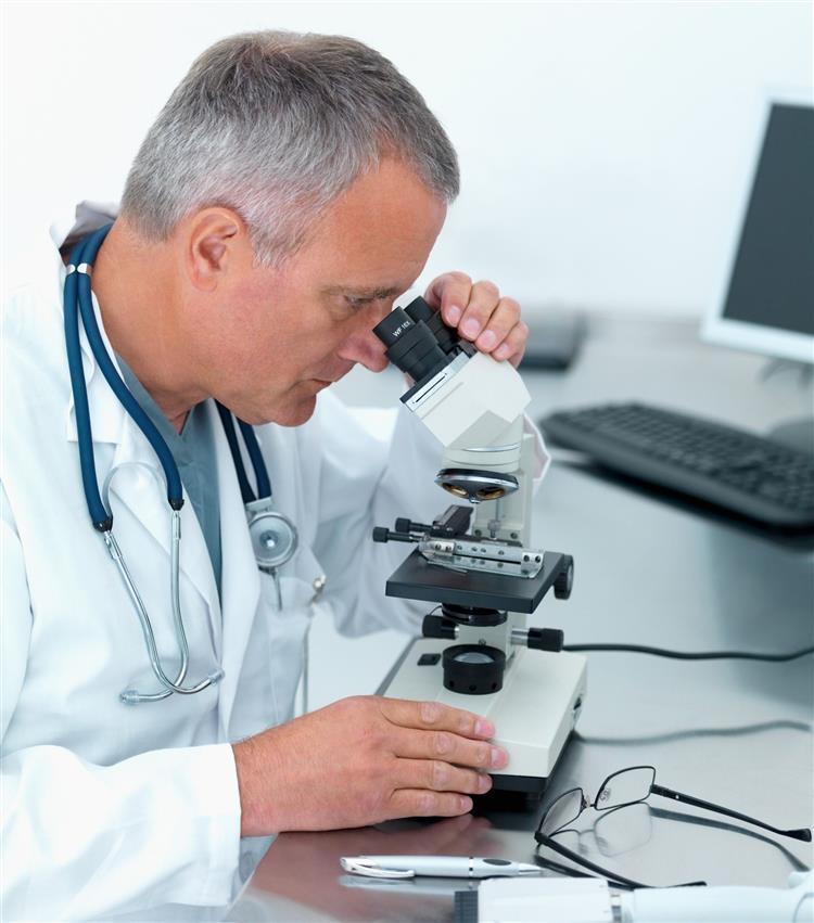 Венеролог изучает мазок